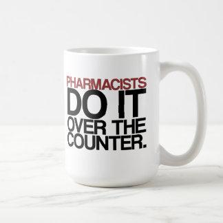 Los farmacéuticos lo hacen sobre la taza contrari