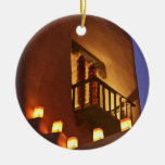 Los farolitos tradicionales encienden para arriba adorno navideño redondo de cerámica