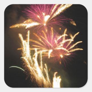 Los fuegos artificiales coloridos de diversos pegatina cuadrada