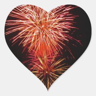 Los fuegos artificiales coloridos de diversos pegatina en forma de corazón