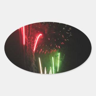 Los fuegos artificiales coloridos de diversos pegatina ovalada