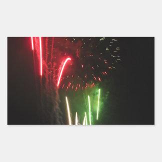 Los fuegos artificiales coloridos de diversos pegatina rectangular