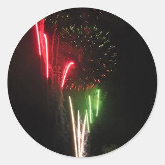 Los fuegos artificiales coloridos de diversos pegatina redonda