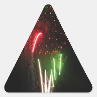 Los fuegos artificiales coloridos de diversos pegatina triangular