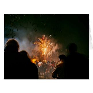 Los fuegos artificiales del oro encienden el cielo tarjeta de felicitación grande