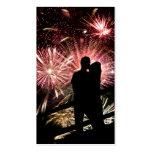 Los fuegos artificiales juntan besar la silueta tarjeta de visita