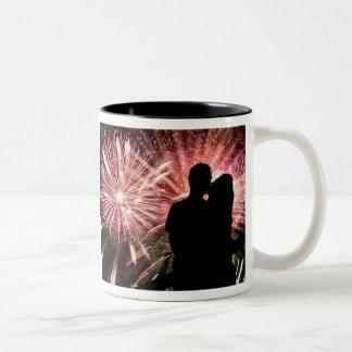 Los fuegos artificiales juntan besar la silueta taza dos tonos