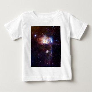 Los fuegos ocultados de la nebulosa NGC 2024 de la Playera De Bebé