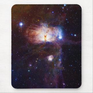 Los fuegos ocultados de la nebulosa NGC 2024 de la Tapete De Ratón