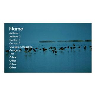 Los gansos de Canadá vuelan bajo sobre el agua Tarjetas Personales
