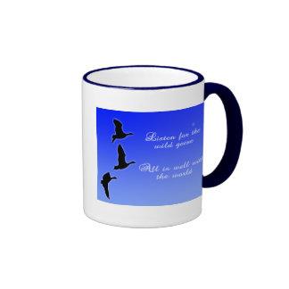 Los gansos vuelan a través del cielo - escuchan lo taza de café