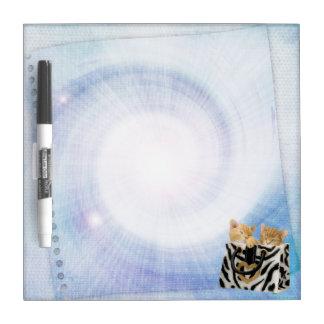 Los gatitos lindos en bolso de la cebra secan al tablero blanco