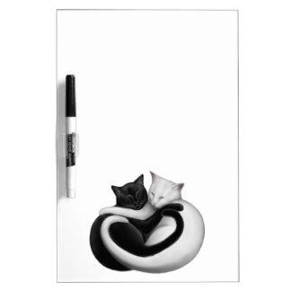 Los gatos del amor secan al tablero del borrado pizarra