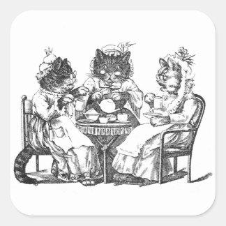 Los gatos del cotilleo tienen la fiesta del té pegatina cuadrada