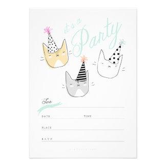 Los gatos del gorra del fiesta invitan invitación