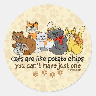 Los gatos divertidos son como las patatas fritas pegatina redonda