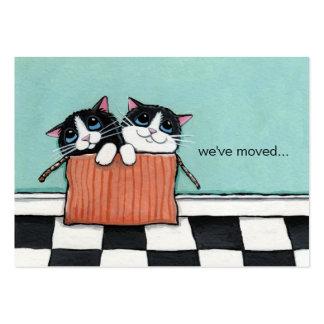 Los gatos en una caja de embalaje el   hemos movid tarjeta de negocio