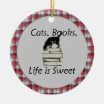 Los gatos, libros, vida son dulces con el ornament ornamento para arbol de navidad