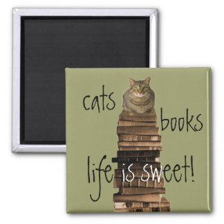 ¡los gatos, libros, vida son dulces! imán cuadrado