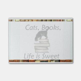 Los gatos, libros, vida son nota dulce del post-it® notas