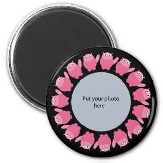 Los gatos rosados en plantilla negra añaden su pro imán redondo 5 cm