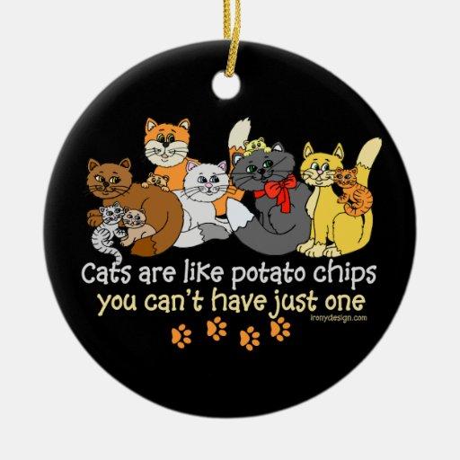 Los gatos son como las patatas fritas adorno navideño redondo de cerámica