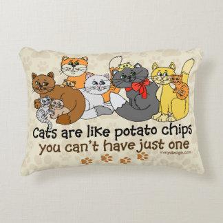Los gatos son como las patatas fritas cojín