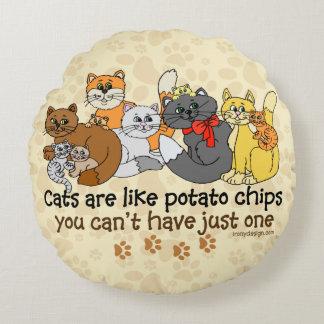 Los gatos son como las patatas fritas cojín redondo