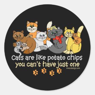 Los gatos son como las patatas fritas pegatina redonda
