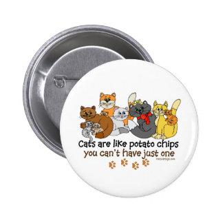 Los gatos son como las patatas fritas pin redondo de 2 pulgadas