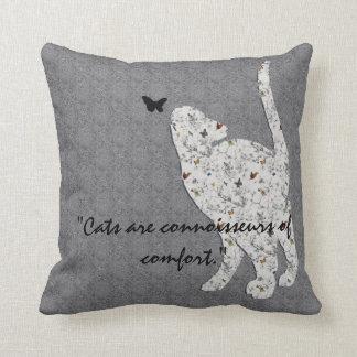 Los gatos son peritos de la almohada de la