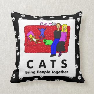 Los gatos traen a gente juntos almohadas