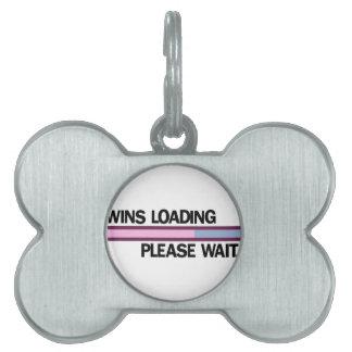 Los gemelos que cargan por favor esperan ..... placas mascota