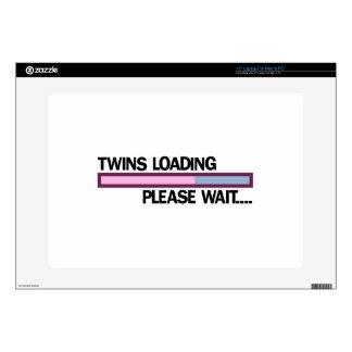 Los gemelos que cargan por favor esperan ..... skins para 38,1cm portátil