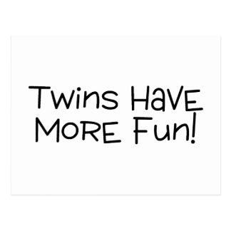 Los gemelos se divierten más tarjeta postal