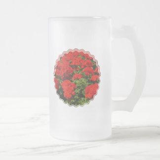 Los geranios rojos helaron la taza de cerveza
