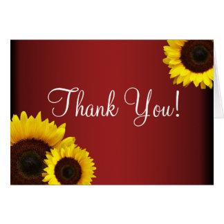 Los girasoles rojos y amarillos le agradecen carda tarjeta de felicitación