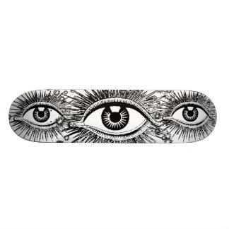 Los globos del ojo impares que miran fijamente tablas de patinar
