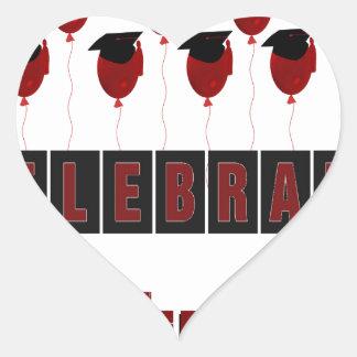 Los globos rojos que llevan los casquillos de la pegatina en forma de corazón