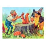 Los gnomos amistosos observan una ardilla tarjetas postales