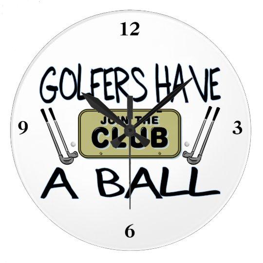 Los golfistas tienen una bola reloj redondo grande