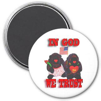 Los gorilas rellenos en dios confiamos en el imán