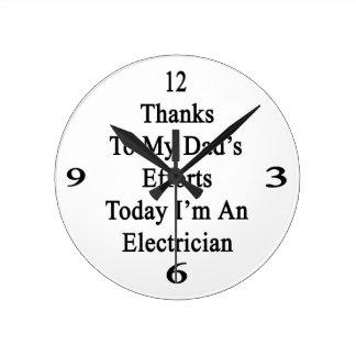 Los gracias a esfuerzos de mi papá soy hoy un reloj redondo mediano