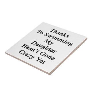 Los gracias a nadar a mi hija no tienen Y loca ida Azulejo Cuadrado Pequeño