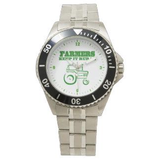 Los granjeros lo guardan reloj rural del tractor