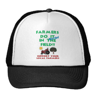 Los granjeros lo hacen en el campo gorros bordados