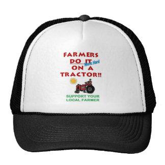 Los granjeros lo hacen en un tractor gorras