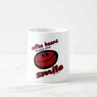 los granos de café hacen que sonríe taza clásica