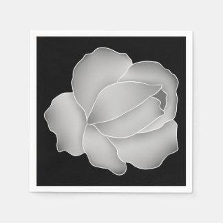 Los gris plateados elegantes subió en negro o servilleta de papel