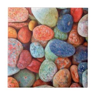 Los guijarros coloridos de la playa alisan el tejas  cerámicas